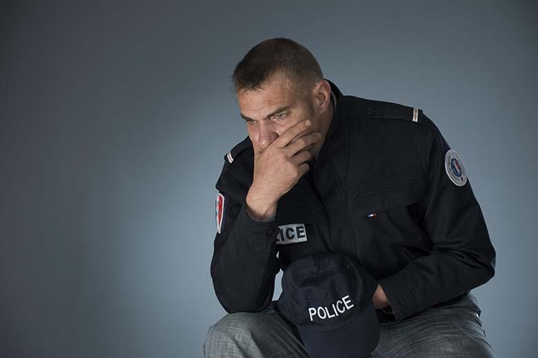 Un policier exemplaire ? Nous avons aidé Sébastien Jallamion